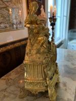 Große Pendule, feuervergoldet: Venus mit Amor, mit Pfeil und Bogen, ausruhend auf einem Hügel