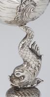 Muschelpokal mit Delphin